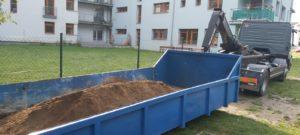 Komunitní zahrada - zasypání hlínou
